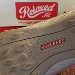 """NIB womans sz8 Sketches """"Relaxed Fix"""" sneakers"""